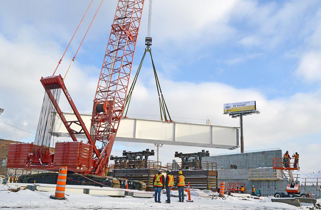 Projet Turcot : levée de la première poutre du nouveau pont au-dessus du canal de Lachine